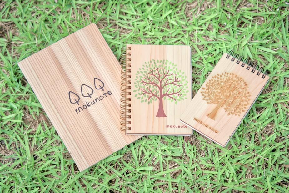木の中綴じノート(左、中は木のリングノート、右は木のリングメモ)